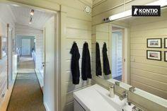 Salle de bain dans la maison en bois Kontio.
