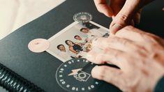 10 AUFGABEN  10 FOTOS  POLAROID KAMERAS!   Mit 10x07 Das Fotospiel werden eure Gäste kreativ. Jeder Tisch bekommt eine Polaroidkamera und muss 10 Aufgaben rund um das Brautpaar lösen. Die 10 Fotos dürfen ruhig kreativ, verrückt und einzigartig werden. Am Ende habt ihr als Brautpaar einzigartige Unikate von all euren Gästen in den Händen. Echte Liebe, echte Bilder, echt einfach. Mach dein Fest zu etwas besonderem. Playing Cards, Phone, Photos, Real Love, Newlyweds, Unique, Table, Creative, Telephone