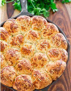 Αυτά τα ψωμάκια πραγματικά είναι πεντανόστιμα και σίγουρα θα αρέσουν σε όλους. Γίνονται εύκολα και δίνουν μια πικάντικη γεύση στο τραπέζι σας. Αν περιορίσετε τα καρυκεύματα σίγουρα θα τα λατρέψουν και τα παιδιά σας. Υλικά για την ζύμη:   500 γρ. αλεύρι μαλακό κοσκινισμένο 350 γραμμάρια γάλα χλιαρό ένα φακελάκια …