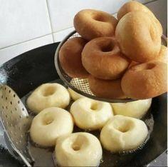 Самые вкусные пончики. Молоко — 500 мл. Яйца — 2 шт. Масло сл. или маргарин — 125гр. Сахар — 2 ст.л. + 1ч.л. Соль — 1,5 ч.л. Дрожжи сухие — 11 гр. (пакетик) Вода тёплая — 0,5 ст. Мука — столько, что бы тесто не было тугим, но и не липло к рукам. (Из этого кол-ва продуктов получается больше 40 пончиков, я делала пол нормы)