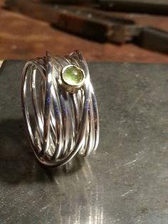 Idylliz, handgesmede sieraden. Zilveren wikkelring met losse tussenschuifring peridoot.