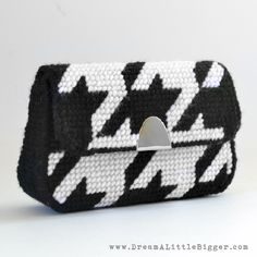A stylish purse DIY using just plastic canvas, yarn and felt. Houndstooth pattern and tutorial from Dream A Little Bigger.