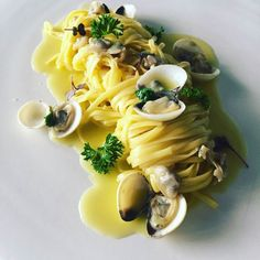 Linguine com vôngoles frescos e pimenta seca italiana. #ristorantino #cucinaitaliana #theartofplating #instafood #ricardotrevisani by ristorantino_