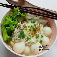 Fish ball noodles and beehoon soup (鱼圆米粉面汤) . . . .  #sgfood #sg #breakfast #lunchtime #lunch #homecooked #homemade #dinner #fishball #noodles #soup #lettuce #mincemeat #dongchai #healthyfood #healthy  #healthyeating  #happy #family #dinnertime #cookwithlove #beehoon