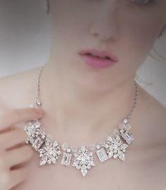 キラキラとクリスタルが輝く 存在感のあるネックレ ス。シャープなカットの 長方形のクリスタルと、 小さめクリスタルミックス モチーフとの組み合わ せは、甘くなりすぎず、 大人かわいいデザイン です。 あわせてイヤリングをご希望の方は写真のものがおススメ。 ブライダルジュエリーのtamaraはwww.monsoon-bazaar.com/cittaでどうぞ   #花嫁 #結婚式 #ウェディングアクセサリー  #ウェディング #ブライダル #ブライダルアクセサリー  #ヴィンテージ #コスチュームジュエリー  #スワロフスキー  #スタジオバラック #タマラ #wedding #bridal #headpiece #vintage #swarovski #weddingjewelry #costumejewelry  #bridalaccessory  #statementnecklace #tamara #citta #studiobarrack