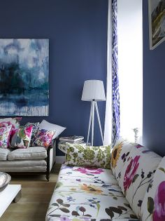 I love navy blue rooms Navy Blue Rooms, Blue Walls, Dark Walls, Colourful Living Room, Living Room Colors, Colorful Rooms, Floral Couch, Floral Pillows, Floral Fabric