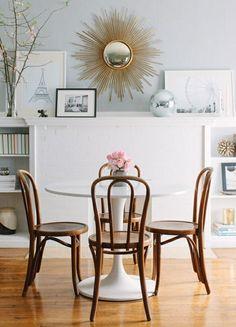 kleine Sitzgruppe Holz Kunststoff Esstisch Ziegelwand