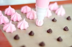 meringue kisses-Those dark spots on the mat are semi sweet chocolate chips. If you don't want your meringue to get soggy after making them; Candy Recipes, Sweet Recipes, Cookie Recipes, Dessert Recipes, Yummy Treats, Delicious Desserts, Sweet Treats, Cake Cookies, Cupcake Cakes