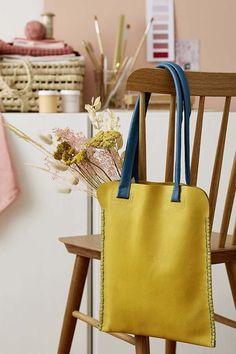 DIY mode : coudre un totebag en cuir - Marie Claire Diy Fashion No Sew, Fashion Sewing, Marie Claire, Jute Handbags, Crea Cuir, Diy Tote Bag, Diy Handbag, Unique Gifts For Women, Couture Sewing