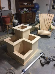 DIY & Home Project. If you want to grow some plants or vegetables in your yard, first you are going to need some good planter boxes. DIY planter box designs, plans, ideas for vegetables and flowers Planter Box Designs, Diy Planter Box, Diy Planters, Building Planter Boxes, Deck Planter Boxes, Diy Wood Projects, Outdoor Projects, Garden Projects, Wood Crafts