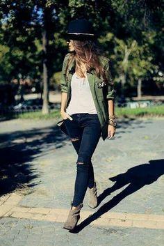 Saco verde, blusa crema, jeans, casual ♥