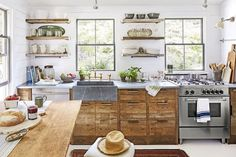 cuisine campagne chic, design rustique, esprit ferme, facade meuble cuisine bois, fourneau inox, etageres ouvertes bois brut, vaisselle exposée, petits pots de plantes