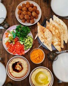 """Falafel """"Iraqi style"""" serverad med samoun och amba. Samoun är ett irakiskt bröd och amba är picklad mango. Galet gott 😍 Gjorde även baba ganoush och hummus bredvid. Recept på samoun & falafel finns i både min kokbok och blogg. Recept på baba ganoush och hummus finns på bloggen, sök i bloggens sökruta ❤ Falafel Recipe, Blogg, Coleslaw, Hummus, Foodies, Mango, Spaghetti, Tacos, Mexican"""