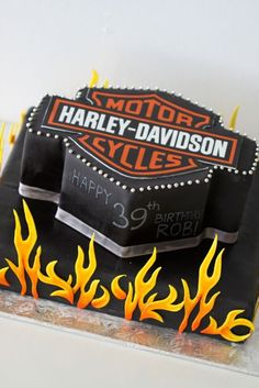 Take a look at some of the coolest biker birthday cakes around. These motorcycle themed cakes are almost too cool to eat. Props to all the cake artists who made these kick-ass cakes. Torta Harley Davidson, Harley Davidson Birthday, Unique Cakes, Creative Cakes, Fancy Cakes, Cute Cakes, Biker Birthday, Motorcycle Cake, Chicken Cake
