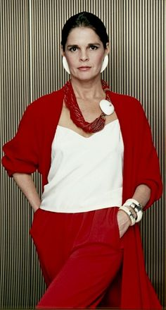 The were incredibly busy for Hollywood actress Ali MacGraw. Ali Macgraw Steve Mcqueen, Beautiful Old Woman, Advanced Style, Fashion For Women Over 40, Ageless Beauty, Fashion Outfits, Womens Fashion, Lady In Red, Style Icons