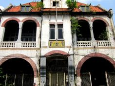 Interested in architecture? Our Walking Tour Through Old Surabaya examines the legacy of the Dutch colonial presence in Surabaya on our Walking Tour Through Old Surabaya.