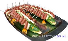 Crocodile snacks - See comment for English translation Birthday Treats, Party Treats, Cocktail Sticks, Creative Kids Snacks, Soccer Party, Food Themes, Food Humor, Kids Meals, Love Food