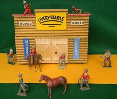 VINTAGE LEAD TIMPO CRESCENT WILD WEST COWBOYS & INDIANS & WOODEN STABLE BUILDING