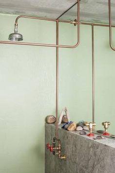 STOPPEKRAN I DUSJEN: Rørsystemet i dusjen er det som normalt ligger skjult inne i veggen.