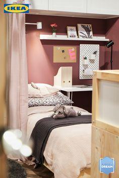 Tagsüber eine Lernhöhle, nachts ein gemütlicher Rückzugsort – in diesem Zimmer verbringt man gerne viel Zeit. 🤗📚 Mehr zu diesem Kinderzimmerlook findest du hier. 👇🏻 Ikea Design, Sweet Home, Loft, Inspiration, Furniture, Home Decor, Ad Home, Colors, Homes