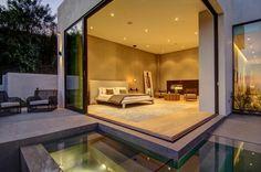 La chambre donne sur la terrasse en hauteur avec piscine