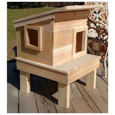 This outdoor cat house promises days of enjoyment in and around it for stray or outdoor cats. The inside is 15 Feral Cat Shelter, Feral Cat House, Feral Cats, Cat Shelters, Shelter Dogs, Animal Shelter, Animal Rescue, Outside Cat House, Outside Cat Shelter