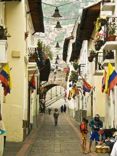 La Ronda o Calle Morales - una calle peatonal especial en Quito, Ecuador; llena de tiendas de arte y cafés.