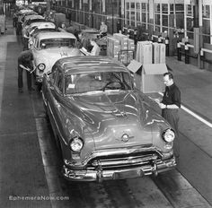 Plan59.com :: Historical Photos :: 1951 Oldsmobile factory assembly line