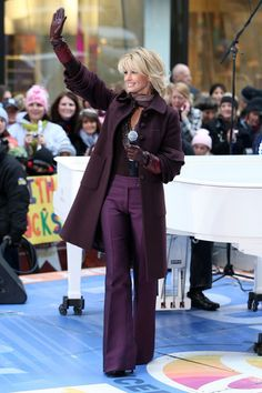 "Faith Hill Photos Photos - Singer Faith Hill performs on NBC's ""Today"" at Rockefeller Center on November 2008 in New York City. (Photo by Bryan Bedder/Getty Images) <i></i>* Local Caption <i></i>* Faith Hill - Faith Hill Performs On NBC's ""Today"" Medium Short Hair, Short Hair With Layers, Layered Hair, Medium Hair Styles, Hair Layers, Celebrity Photos, Celebrity Style, Tim And Faith, Tim Mcgraw Faith Hill"
