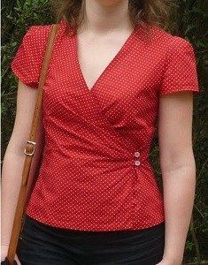 wrap blouse with two buttons instead of bow Fashion Sewing, Diy Fashion, Fashion Dresses, Fashion Top, Blouse Patterns, Blouse Designs, Sewing Blouses, Couture Tops, Short Tops