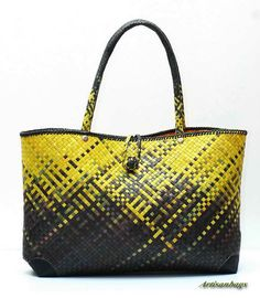 UNIQUE Traditional Hand Woven Straw Tote Bag by artisanbags - simply stunning! Flax Weaving, Hand Weaving, Basket Weaving, Fashion Bags, Fashion Accessories, Maori Designs, Straw Tote, Basket Bag, How To Make Handbags
