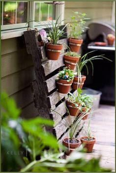 Valérie Damidot adopte le salon de jardin en palettes ! | Pots, Pots ...