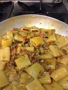 Paccheri alla ghiottona con melanzane, zucchine, peperoni, fiori di zucchina e pomodorini