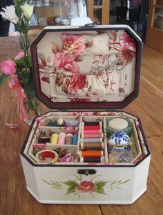 Instrucciones detalladas y fotografías para hacer un costurero utilizando una caja de madera forrada con cretona estampada.