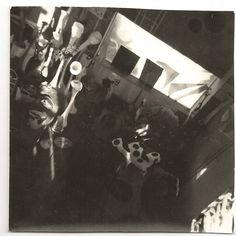 Iluminación III: Para #mandecamelle unha iluminación teatralizada para a mostra da súa obra era de suma importancia. No diáfano deseño das vitrinas agrúpanse as pezas tal e como as tiña representadas nas fotografías, e ilumínanse puntualmente facendo destacar cada conxunto como se estivera iluminado por un raio de sol. (Obra fotográfica de #ManfredGnädinger, có número de rexistro C.M.G.0311)