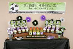 Para as mamães e princesas: mesa de doces para festa infantil de meninas no tema Futebol. Bem delicado, com lilás. Mais fotos em: http://mamaepratica.com.br/2014/06/06/mamae-em-festa-copa-do-mundo/