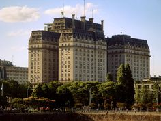 Edificio Libertador desde Puerto Madero - Argentina – Wikipédia, a enciclopédia livre > Edifício Libertador, sede do Ministério da Defesa e do Exército argentino.