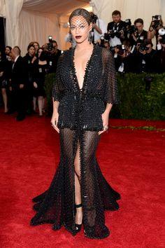 Pin for Later: Die beeindruckendsten Outfits der Met Gala Beyoncé Knowles in Givenchy bei der Met Gala 2014 Beyoncé zeigte sich 2014 verführerisch in einem transparenten Look mit modernem Schleier von Givenchy.