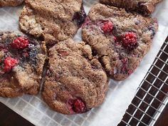 think delicious chocolate chunk cookies with bits of raspberry are delicious. Make it in your thermomix, mixer or just with a wooden spoon. These are easy and delicious chocolate cookies. No Bake Treats, Yummy Treats, Sweet Treats, Biscuit Cookies, No Bake Cookies, Delicious Chocolate, Raspberry Chocolate, Meringue Cake, Chocolate Chunk Cookies