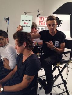 This pic incredible in so many ways.....  Zayn with is shirt, Harry sitting there, liam understanding us, and niall... Oh! He is normal in this one... ❤❤