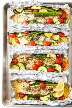 Healthy salmon foil packets with vegetables in 25 minutes! Make delicious & EASY baked salmon foil packets in the oven or salmon foil packets on the grill. Salmon Foil Packets Grill, Grill Vegetables In Foil, Fish In Foil Packets, Grilled Foil Packets, Foil Packet Meals, Grilled Vegetables, Grill Fish In Foil, Grilled Fish Recipes, Eating Clean