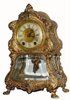 .1910, caja de cristal Regulador Desconocido americana, con un movimiento de Waterbury que parece encajar correctamente, ahora con un péndulo oscilante muñeca francesa. El caso es muy interesante, con un estilo barroco y un fondo de Bombay,