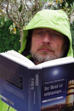 F. Foertsch genießt den Krimi auch bei Regenwetter