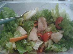 """Merluzzo pomodorini lattuga e carote. Cucchiaio di olio evo e semi di lino. Perché c'è dell'arte nel riuscire a pranzare """"al sacco"""" in maniera bilanciata per l'allenamento"""