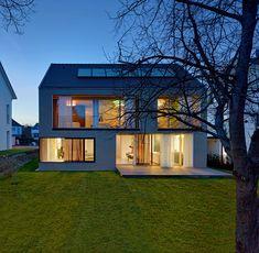 So sehen Sieger aus: Im Garten öffnet sich das Haus zur Sonne. Die Kollektoren auf dem Dach versorgen das Haus mit warmen Wasser, die Vorhänge schützen vor Überhitzung im Sommer.