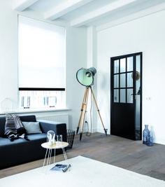 Een rolgordijn met houten onderlat staat super in deze woonkamer!