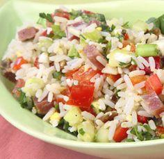 De rijstsalade met hamblokjes verbind ik altijd aan een feestje. Het is een oud familierecept dat mijn moeder wel maakte. Waar zij het vandaan had weet ik niet.  Door het gebruik van rijst is het een bijzonder veelzijdig gerecht. In plaats van witte rijst kun je ook heel goed gebruik maken van zilvervliesrijst, quinoa of couscous. Met couscous bevat het gluten, met quinoa of rijst niet.