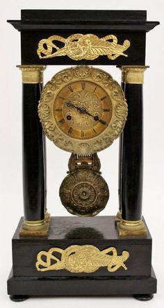 Hermoso reloj de péndulo antguo en dorado y negro
