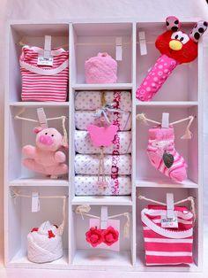 Letterbak gevuld met meisjes -babyartikelen. Kraamcadeau dochtertje. Babyshower Gift Girl. Info: https://joleenskraamcadeaus.wix.com/kraamcadeau#!product/prd1/1687084625/gevulde-letterbak