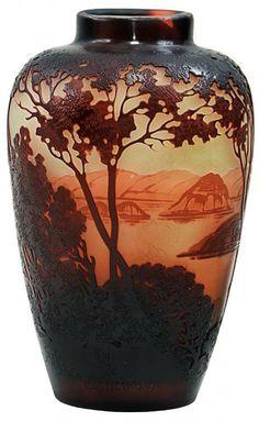 Emile Gallé. Rio de Janeiro. Vaso francês Art Noveau, cerca de 1900 em cameo glass acidado e decorado com paisagem do Rio de Janeiro em tom de ocre sobre fundo degrade. Alt. 14 cm. Assinado. Base 18.000,00.